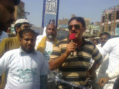 Jamshed Dasti speaking from his cycle near Mian Channu