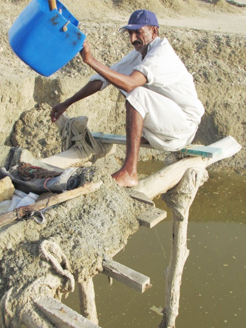 Chacha Hussain draws water from a saltwater well (Source: PakVoices)